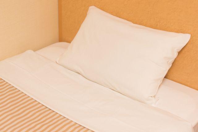 ベッドの上の枕
