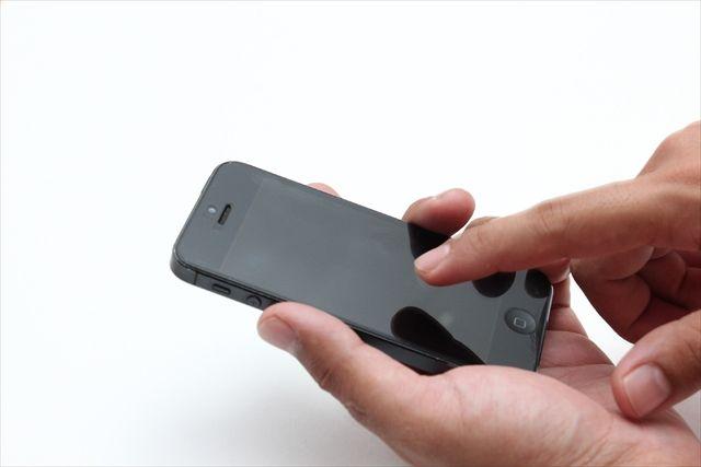 スマートフォンを触る手