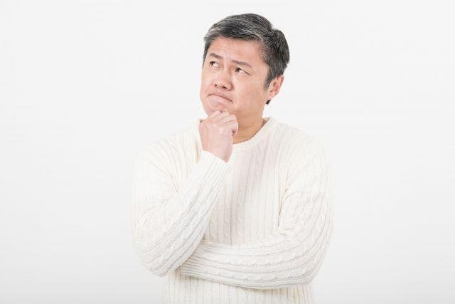 睡眠時無呼吸症候群について考える男性