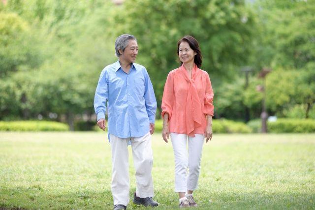 ウォーキングをする健康な夫婦